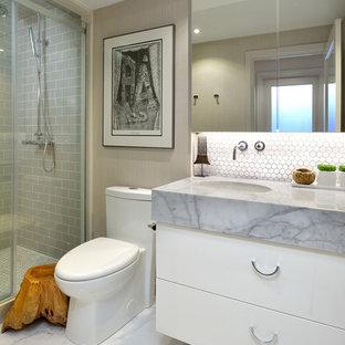 Kleines Modernes Duschbad mit flächenbündigen Schrankfronten, weißen Schränken, Duschnische, Toilette mit Aufsatzspülkasten, weißen Fliesen, Steinfliesen, grauer Wandfarbe, Marmorboden, Unterbauwaschbecken, Marmor-Waschbecken/Waschtisch und Schiebetür-Duschabtrennung in Toronto