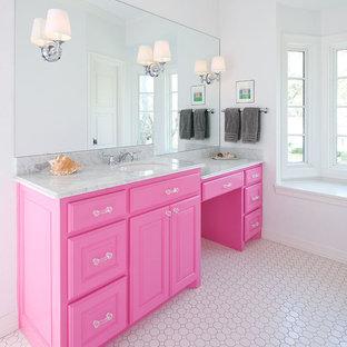 На фото: ванные комнаты в классическом стиле с плиткой мозаикой и серой столешницей