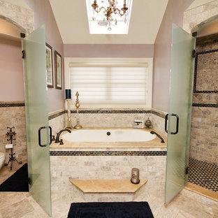 Modelo de cuarto de baño clásico con bañera empotrada y ducha esquinera