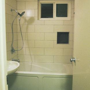 Ispirazione per una piccola stanza da bagno moderna con vasca ad alcova, vasca/doccia, WC a due pezzi, pistrelle in bianco e nero, pareti gialle, pavimento con piastrelle in ceramica e lavabo a colonna