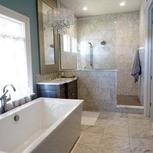 Diseño de cuarto de baño principal, de estilo americano, grande, con lavabo tipo consola, armarios tipo mueble, puertas de armario grises, encimera de mármol, bañera exenta, ducha abierta, baldosas y/o azulejos blancos, paredes azules, suelo de baldosas de cerámica, ducha abierta y encimeras multicolor