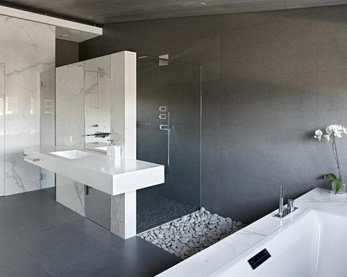 salle de bain avec une baignoire d 39 angle et des dalles de pierre photos et id es d co de. Black Bedroom Furniture Sets. Home Design Ideas