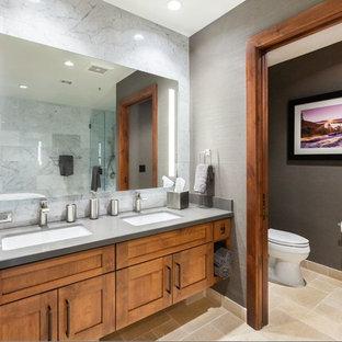 Imagen de cuarto de baño principal, rústico, grande, con armarios estilo shaker, puertas de armario marrones, bañera exenta, sanitario de una pieza, baldosas y/o azulejos grises, baldosas y/o azulejos de mármol, paredes grises, suelo de travertino, lavabo bajoencimera, encimera de cemento, suelo beige y ducha con puerta con bisagras