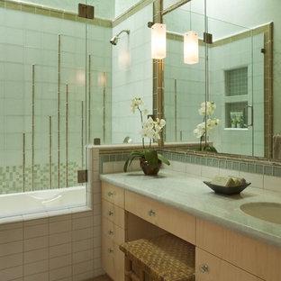 Diseño de cuarto de baño principal, de estilo zen, de tamaño medio, con lavabo bajoencimera, armarios con paneles lisos, puertas de armario de madera clara, encimera de mármol, bañera encastrada, ducha empotrada, sanitario de una pieza, baldosas y/o azulejos multicolor, baldosas y/o azulejos de vidrio, paredes verdes y suelo de bambú