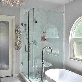 Пример оригинального дизайна: большая главная ванная комната в современном стиле с отдельно стоящей ванной, угловым душем, белой плиткой, плиткой кабанчик, серыми стенами, мраморным полом, врезной раковиной, бежевым полом и душем с распашными дверями