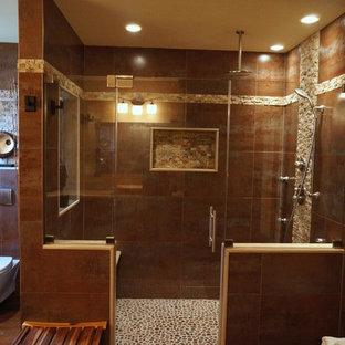 Ispirazione per una stanza da bagno padronale etnica di medie dimensioni con ante con bugna sagomata, ante nere, doccia alcova, WC sospeso, pareti marroni, pavimento in ardesia, lavabo a bacinella e top in pietra calcarea