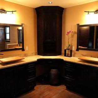 Foto di una stanza da bagno padronale etnica di medie dimensioni con pavimento in ardesia, doccia alcova, pareti marroni, lavabo a bacinella, ante con bugna sagomata, ante nere, WC sospeso e top in pietra calcarea