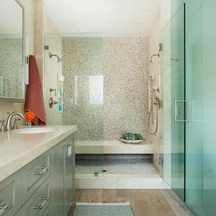 Immagine di una grande stanza da bagno padronale stile marino con ante in stile shaker, ante verdi, vasca freestanding, doccia doppia, bidè, piastrelle beige, piastrelle di marmo, pareti beige, parquet chiaro, lavabo da incasso, top in marmo, pavimento grigio e porta doccia a battente