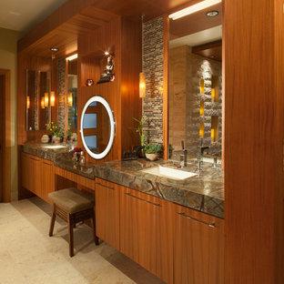 Modelo de cuarto de baño principal, asiático, grande, con armarios con paneles lisos, puertas de armario de madera en tonos medios, baldosas y/o azulejos beige, baldosas y/o azulejos de piedra, paredes marrones, suelo de travertino, lavabo bajoencimera, encimera de granito y suelo beige