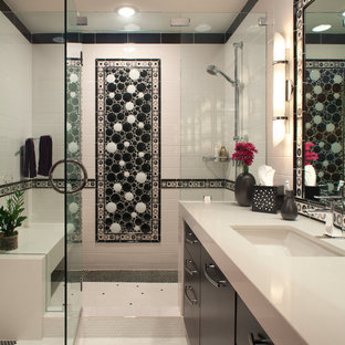 Mittelgroßes Modernes Duschbad mit Unterbauwaschbecken, flächenbündigen Schrankfronten, schwarzen Schränken, Duschnische, schwarz-weißen Fliesen, Keramikfliesen, weißer Wandfarbe, Keramikboden, Mineralwerkstoff-Waschtisch, gelbem Boden, Falttür-Duschabtrennung und weißer Waschtischplatte in San Diego