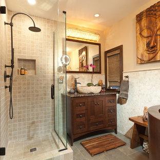 Foto di una piccola stanza da bagno etnica con lavabo a bacinella, ante in stile shaker, ante in legno scuro, top in granito, doccia ad angolo, piastrelle beige, piastrelle di ciottoli, pareti beige e vasca giapponese