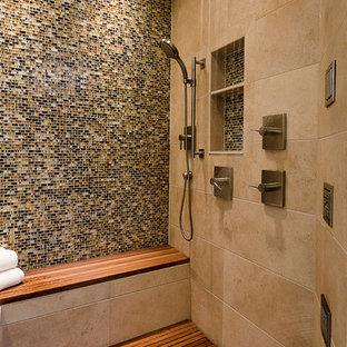 Foto di una grande stanza da bagno padronale minimal con piastrelle multicolore, pareti beige, pavimento in legno massello medio, doccia alcova, piastrelle a mosaico, nicchia e panca da doccia
