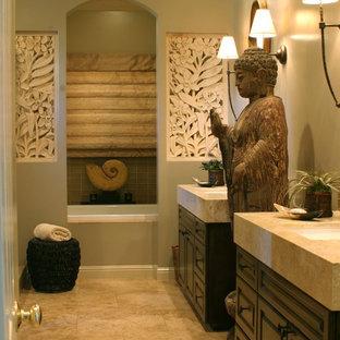 Ejemplo de cuarto de baño asiático con encimera de piedra caliza y lavabo bajoencimera