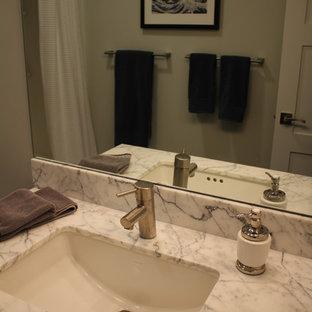 Ejemplo de cuarto de baño infantil, contemporáneo, pequeño, con lavabo bajoencimera, armarios estilo shaker, puertas de armario grises, encimera de mármol, bañera empotrada, combinación de ducha y bañera, sanitario de una pieza, baldosas y/o azulejos blancos, baldosas y/o azulejos de porcelana, paredes grises y suelo de baldosas de porcelana