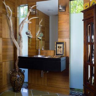 Modelo de cuarto de baño asiático con lavabo encastrado, armarios con paneles lisos y puertas de armario negras