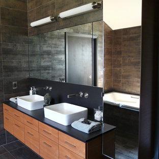Exempel på ett modernt badrum, med ett fristående handfat