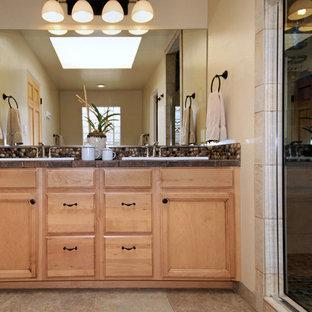 Неиссякаемый источник вдохновения для домашнего уюта: главная ванная комната среднего размера в восточном стиле с фасадами с утопленной филенкой, светлыми деревянными фасадами, душем в нише, бежевыми стенами, накладной раковиной и душем с распашными дверями