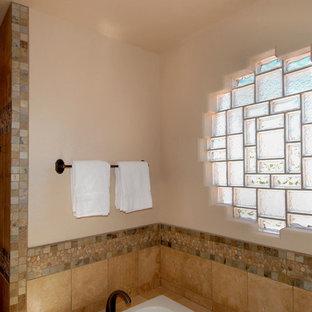 ポートランドの中くらいのサンタフェスタイルのおしゃれなマスターバスルーム (レイズドパネル扉のキャビネット、中間色木目調キャビネット、アルコーブ型浴槽、アルコーブ型シャワー、一体型トイレ、白い壁、オーバーカウンターシンク) の写真