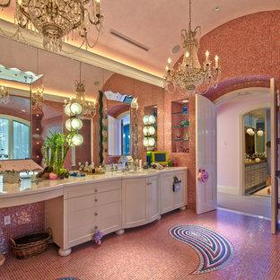 Foto de cuarto de baño principal, bohemio, grande, con armarios tipo mueble, puertas de armario blancas, bañera empotrada, ducha esquinera, baldosas y/o azulejos rosa, baldosas y/o azulejos en mosaico, paredes rosas, suelo con mosaicos de baldosas, lavabo bajoencimera, encimera de acrílico, suelo rosa y ducha con puerta con bisagras