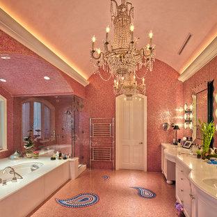 Modelo de cuarto de baño principal, bohemio, grande, con armarios tipo mueble, puertas de armario blancas, bañera empotrada, ducha esquinera, baldosas y/o azulejos rosa, baldosas y/o azulejos en mosaico, paredes rosas, suelo con mosaicos de baldosas, lavabo bajoencimera, encimera de acrílico, suelo rosa y ducha con puerta con bisagras