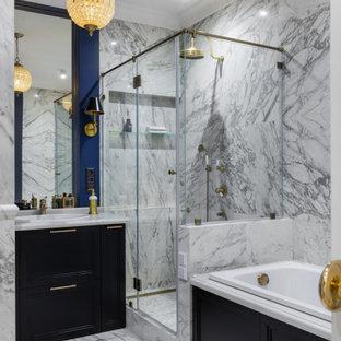 Идея дизайна: главная ванная комната в стиле неоклассика (современная классика) с фасадами с утопленной филенкой, черными фасадами, ванной в нише, душем в нише, синими стенами, накладной раковиной, душем с распашными дверями, белой столешницей, тумбой под одну раковину и напольной тумбой