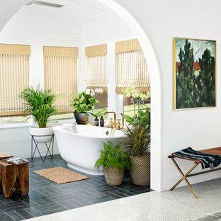 Inspiration för stora retro vitt en-suite badrum, med släta luckor, gröna skåp, ett fristående badkar, vit kakel, vita väggar, ett nedsänkt handfat och svart golv