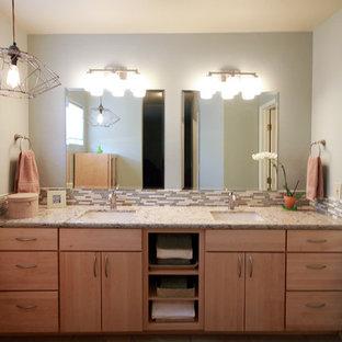 Esempio di una stanza da bagno padronale etnica di medie dimensioni con nessun'anta, ante in legno chiaro, piastrelle beige, piastrelle di vetro, lavabo sottopiano e top in quarzo composito