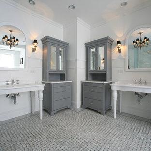 Esempio di una stanza da bagno bohémian con lavabo a consolle, top in marmo e ante grigie