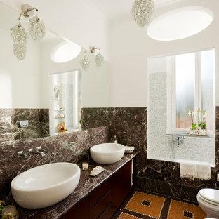 Idee per una stanza da bagno padronale design con ante lisce, ante marroni, piastrelle marroni, piastrelle di marmo, pareti bianche, lavabo a bacinella, top in marmo, pavimento multicolore e top marrone