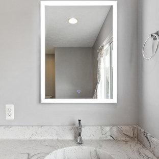 Diseño de cuarto de baño principal, tradicional renovado, de tamaño medio, con armarios estilo shaker, puertas de armario grises, sanitario de dos piezas, baldosas y/o azulejos grises, baldosas y/o azulejos de piedra, lavabo integrado, encimera de terrazo, suelo gris, ducha con puerta con bisagras y encimeras multicolor