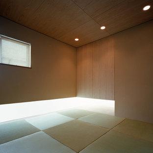 Exemple d'une chambre d'amis asiatique de taille moyenne avec un mur beige, un sol de tatami, aucune cheminée, un manteau de cheminée en plâtre et un sol beige.
