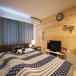 Imagen de dormitorio principal, de estilo de casa de campo, pequeño, con parades naranjas, suelo de madera en tonos medios y suelo naranja