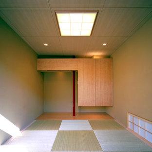 Großes Asiatisches Gästezimmer ohne Kamin mit beiger Wandfarbe, Tatami-Boden und beigem Boden in Tokio