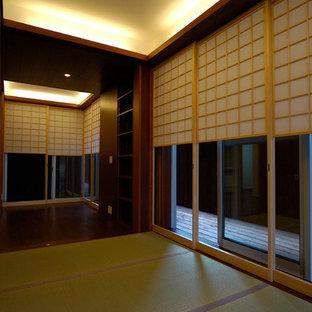 Свежая идея для дизайна: хозяйская спальня в восточном стиле с татами, коричневыми стенами и зеленым полом без камина - отличное фото интерьера