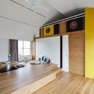 他の地域のコンテンポラリースタイルのおしゃれなロフト寝室 (黄色い壁、淡色無垢フローリング、暖炉なし、黄色い床) のインテリア