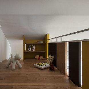 他の地域のコンテンポラリースタイルのおしゃれなロフト寝室 (黄色い壁、淡色無垢フローリング、暖炉なし、黄色い床)