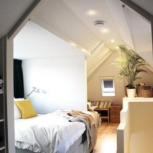 Imagen de dormitorio tipo loft, escandinavo, pequeño, con paredes blancas y suelo de madera clara