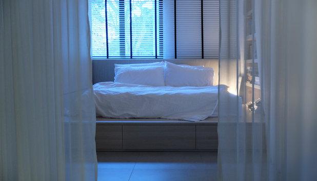 Ein Industrial-Schlafzimmer mit hellen Einbaumöbeln in Singapur