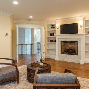 ボストンの大きいコンテンポラリースタイルのおしゃれな主寝室 (黄色い壁、無垢フローリング、茶色い床、標準型暖炉、コンクリートの暖炉まわり) のレイアウト