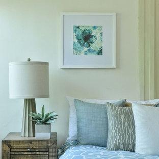 Modelo de dormitorio principal, clásico, grande, con paredes blancas, suelo de madera en tonos medios, chimenea tradicional, marco de chimenea de ladrillo y suelo marrón