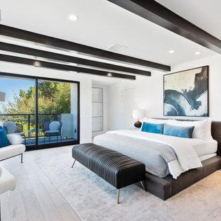 Modernes Schlafzimmer mit weißer Wandfarbe, braunem Holzboden, braunem Boden und freigelegten Dachbalken in Los Angeles