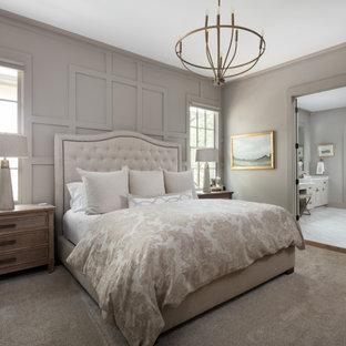 バーミングハムの広いトラディショナルスタイルのおしゃれな主寝室 (カーペット敷き、暖炉なし、パネル壁、グレーの壁、グレーの床)