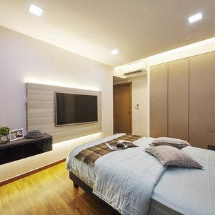 Ejemplo de dormitorio principal, actual, pequeño, con paredes blancas y suelo de contrachapado
