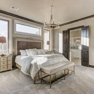 Aménagement d'une très grand chambre classique avec un mur beige et un sol beige.