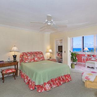 Esempio di una grande camera matrimoniale stile marinaro con pareti gialle, moquette, nessun camino e pavimento verde