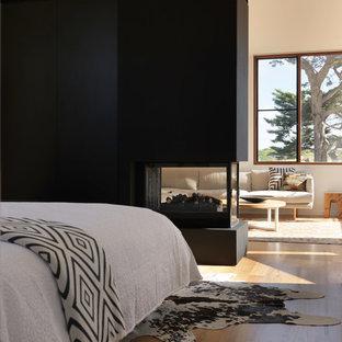 メルボルンの中サイズのコンテンポラリースタイルのおしゃれな主寝室 (白い壁、無垢フローリング、両方向型暖炉)