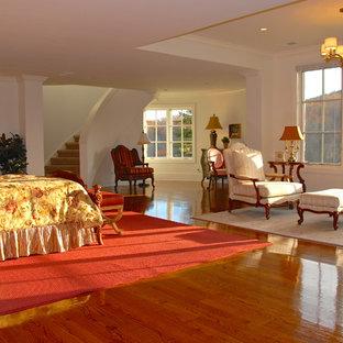 Imagen de dormitorio principal, tradicional, grande, con paredes blancas y suelo de mármol