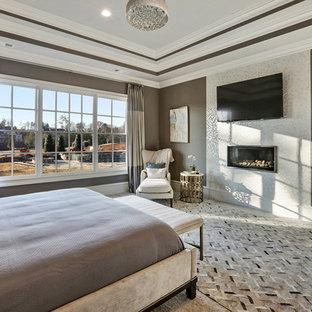 Свежая идея для дизайна: хозяйская спальня среднего размера в стиле современная классика с коричневыми стенами, ковровым покрытием, горизонтальным камином и фасадом камина из плитки - отличное фото интерьера