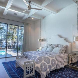 Immagine di una camera matrimoniale costiera con pareti bianche, parquet chiaro e pavimento beige