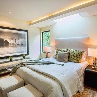 ロサンゼルスの中サイズのコンテンポラリースタイルのおしゃれな主寝室 (黄色い壁、無垢フローリング) のインテリア